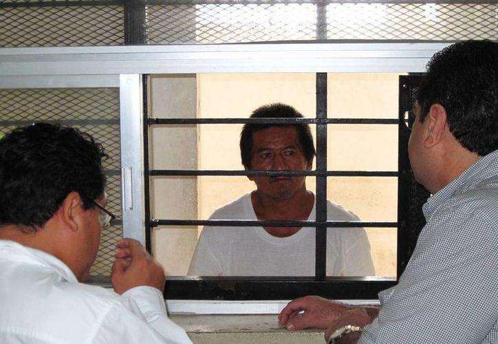 El trailero escucha la formal prisión que se le dictó por la muerte de su amasia. (Francisco Puerto/SIPSE)