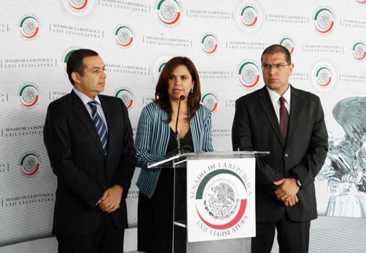 Los senadores Blanca Alcalá del PRI, flanqueada por Ernesto Cordero del PAN y Armando Ríos Piter del PRD impulsan la iniciativa antilavado de dinero. (@SoyBlancaAlcala)