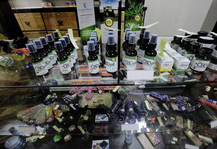 Esta imagen del 20 de octubre de 2015 muestra diversos productos de marihuana en un dispensario médico autorizado en el centro comercial Cantón Mall en Illinois, EU. (Foto: AP Photo/Seth Perlman)