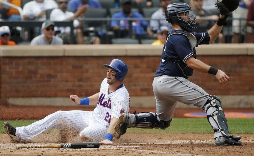 Kevin Plawecki (22), de los Mets de Nueva York, toca el plato y anota mientras que el catcher de Padres de San Diego Austin Hedges (d) no lo puede evitar. Al final Padres ganó 8-7. (Foto: AP)
