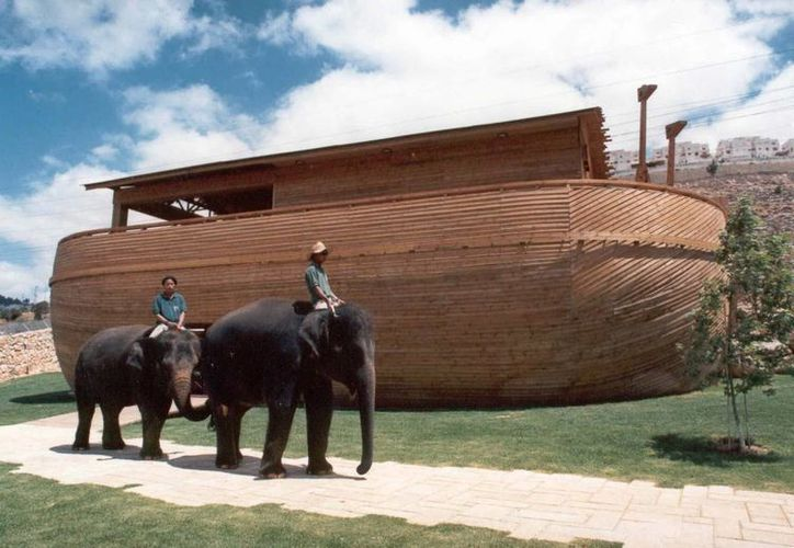Elefantes asiáticos junto a un Arca de Noé de madera (fondo), uno de los símbolos del Zoológico Bíblico de Jerusalén. (EFE)