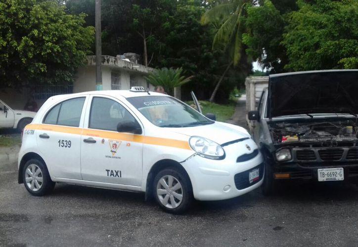 El conductor del taxi se pasó un alto y la lluvia no ayudó mucho. (Foto: Redacción/SIPSE)