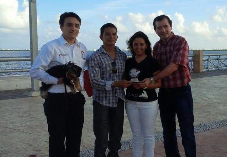 Rodolfo Rivas Salgado recibió el reconocimiento por su  labor y sentido humanitario a favor del bienestar animal, tras rescatar a un pequeño Yorkshire terrier de la laguna. (Redacción/SIPSE)