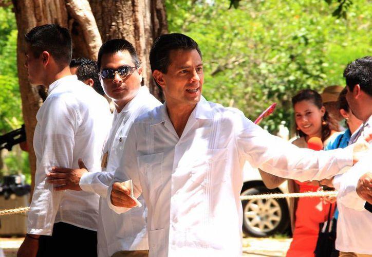 El presidente Enrique Peña Nieto promulgará este lunes la reforma en telecomunicaciones. La imagen es de su reciente visita a Chichén Itzá, acompañando al presidente chino. (José Acosta/SIPSE)