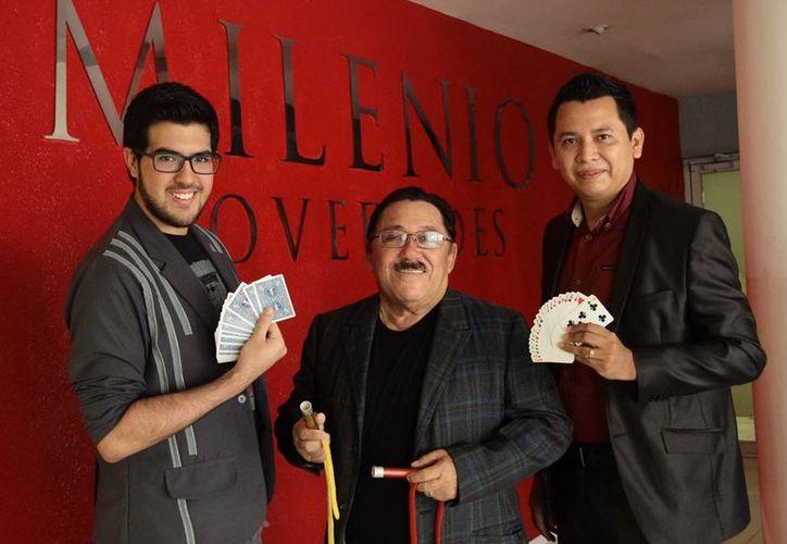 El Tío Salim junto con los magos Emm y Deyvit, son los organizadores del evento que llenará de magia la entidad. (Jorge Acosta/SIPSE)