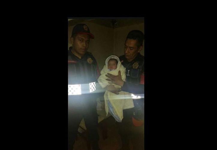 El bebé de al menos tres meses de nacido estaba envuelto en una cobija. (/twitter.com/PGR103)