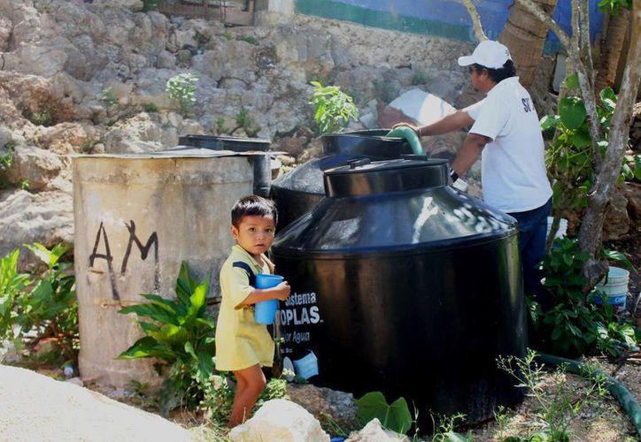 Habitantes de Felipe Carrillo Puerto denuncian que siguen sin recibir un buen servicio de agua potable a pesar de que pagan a tiempo sus recibos. (Benjamín Pat/SIPSE)