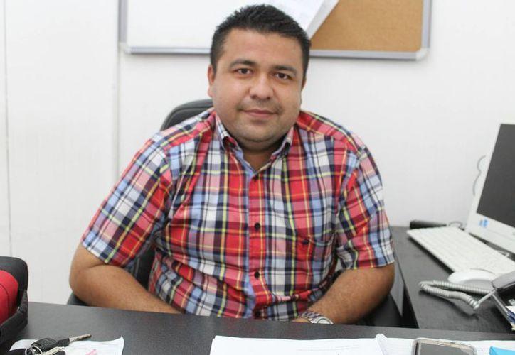 El Director de Desarrollo Social y Obras Públicas, Fernando Martínez Estrada, hizo una serie de recomendaciones sobre el derrumbe del techo del Palacio Municipal de Progreso. (Foto: Gerardp Keb/SIPSE)