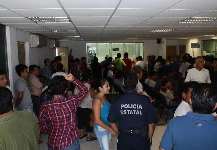 Un promedio de 150 interesados esperaron hasta cuatro horas en la sala de la dirección de Tránsito municipal. (Enrique Mena/SIPSE)