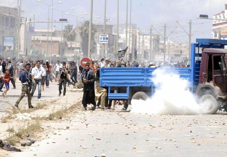 Los enfrentamientos entre la policía y los radicales se tornaron muy violentos. (EFE)