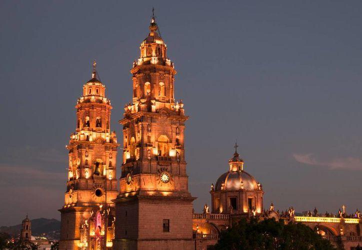 Invitan a los turistas a visitar Michoacán; en la imagen, la Catedral de Morelia, uno de los principales atractivos de la capital. (venamorelia.com.mx)