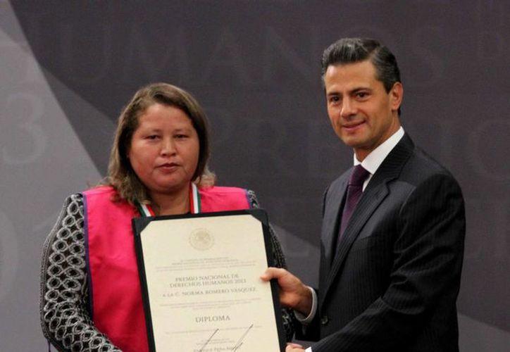 """Norma Romero Vázquez, quien encabeza el grupo """"Las Patronas"""", recibió el Premio Nacional de Derechos Humanos 2013 de manos del Presidente. (Notimex)"""