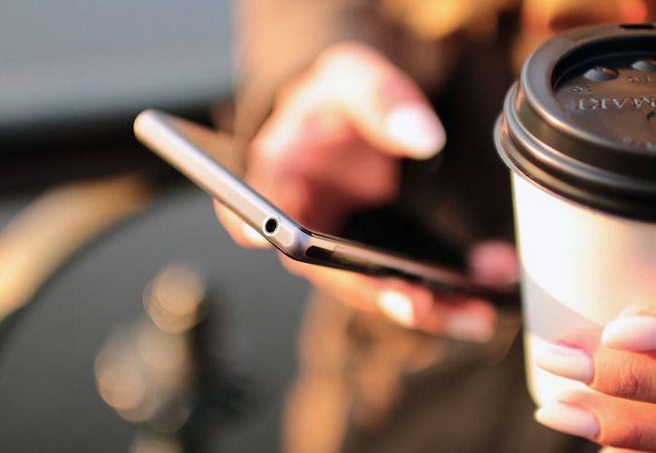 Los grupos de WhatsApp, si bien tienen ventajas para los usuarios, también incrementan sus niveles de ansiedad, según un estudio. (xombit.com)