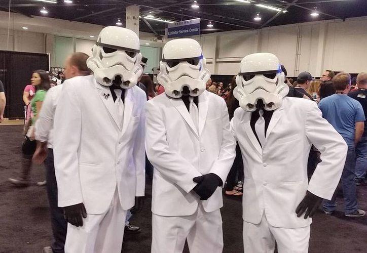 Los personajes de las películas de Star Wars prácticamente han invadido Anaheim, donde se lleva al cabo la convención de fans. (NTX)