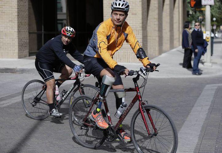 Gutiérrez (d) comenzó su viaje en bicicleta hace casi dos semanas y recorrió 1,287 kms desde El Paso hasta el centro de Texas para llamar la atención de los jueces sobre su caso. (Agencias)