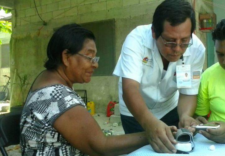 """El el presidente de la Asociación Civil """"Vive sin Discriminación"""", Gamaliel Uvilla Mendoza, indica que se debe invertir más en la prevención del Sida en Tulum.  (Rossy López/SIPSE)"""