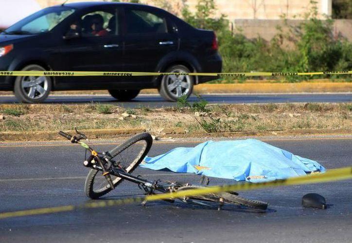 Un automóvil Aveo colisionó al ciclista, Jorge T.C, de 70 años, quien falleció en el momento del accidente. (Milenio Novedades)