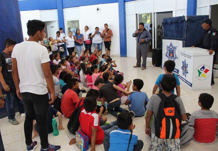El grupo que visitó el cuartel, fue integrado por 47 niños, entre seis y 13 años, con el apoyo de 17 adultos. (Joel Zamora/SIPSE)