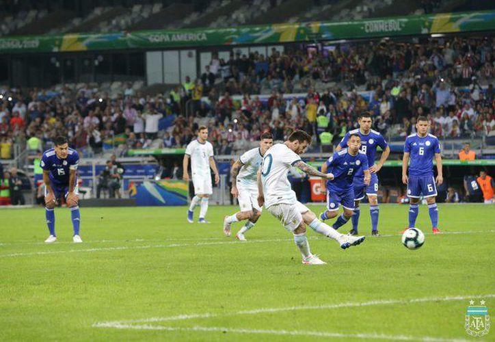 Messi dio vida a Argentina, que perdía 0-1, pero luego todos los esfuerzos albicelestes se diluyeron (Foto: @Argentina)