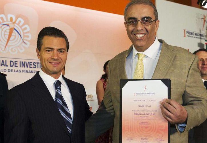 Sergio Lagunas Puls recibió de manos del Presidente de México el diploma de primer lugar en la categoría de Posgrado e Investigadores. (presidencia.gob.mx)