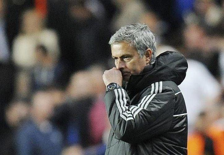 José Mourinho fue multado por la policía de Surrey en Inglaterra, y su licencia para conducir le fue revocada por seis meses. En la imagen se observa al portugués en el enfrentamiento contra el Atlético de Madrid por la Champions League. (EFE)