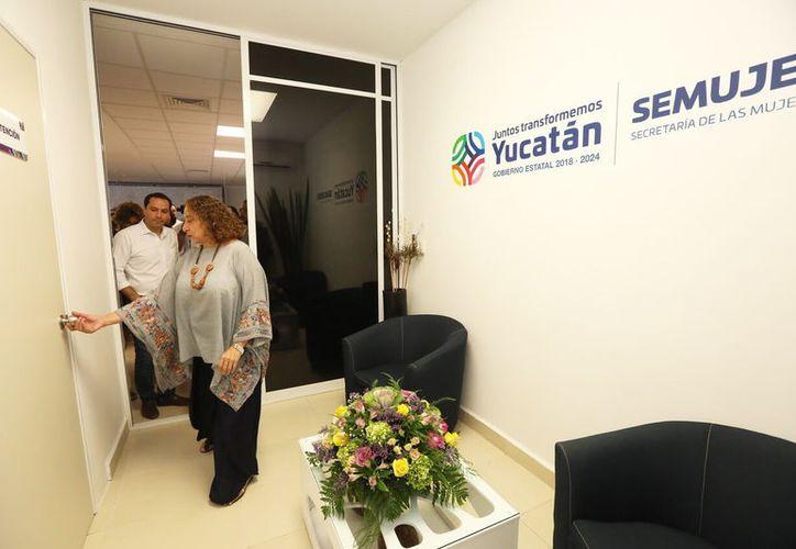 María Herrera, de la Secretaría de las Mujeres, recorrió con el Gobernador el nuevo centro de atención. (Novedades Yucatán)