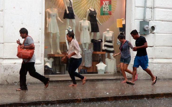 """El intenso aguacero de este domingo sorprendió a muchos meridanos que """"paseaban"""" por el Centro de Mérida. (José Acosta/SIPSE)"""