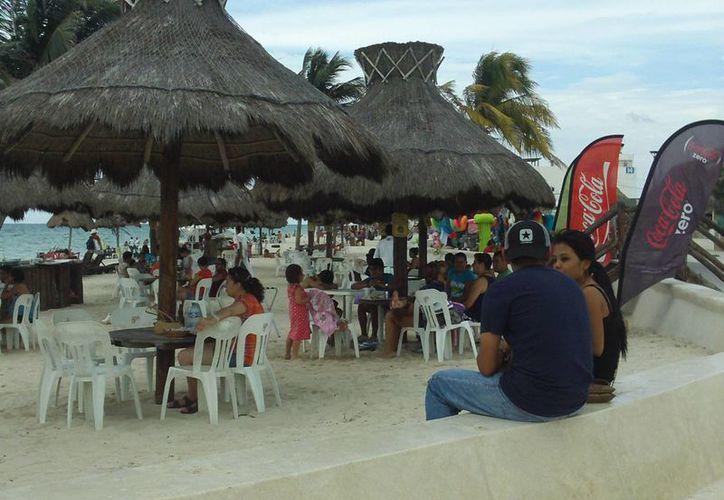 No fueron muchos los visitantes que acudieron al puerto a disfrutar del domingo. (Manuel Pool/SIPSE)