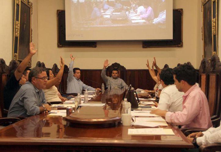 El alcalde Renán Barrera Concha no contó con los 13 votos necesarios para que se aprobara su propuesta. (José Acosta/SIPSE)