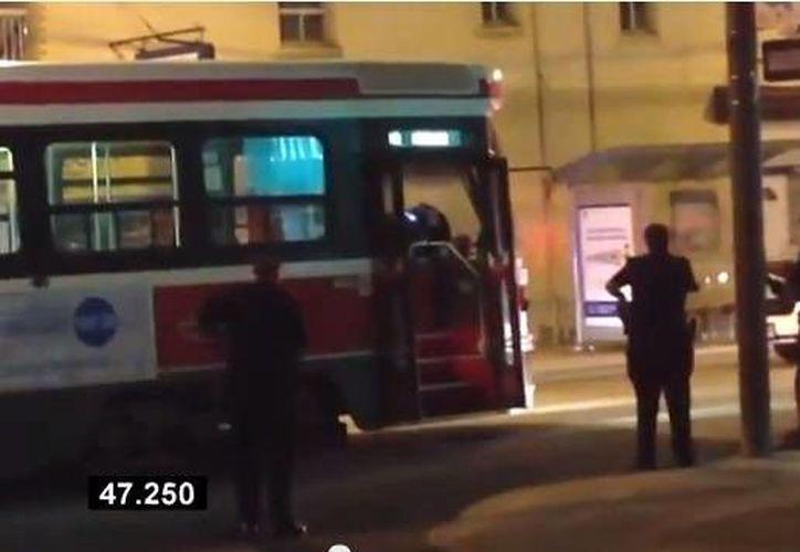 El video muestra a Sammy Yatim, de 18 años, armado con un cuchillo dentro del tranvía y la policía afuera. (YouTube)