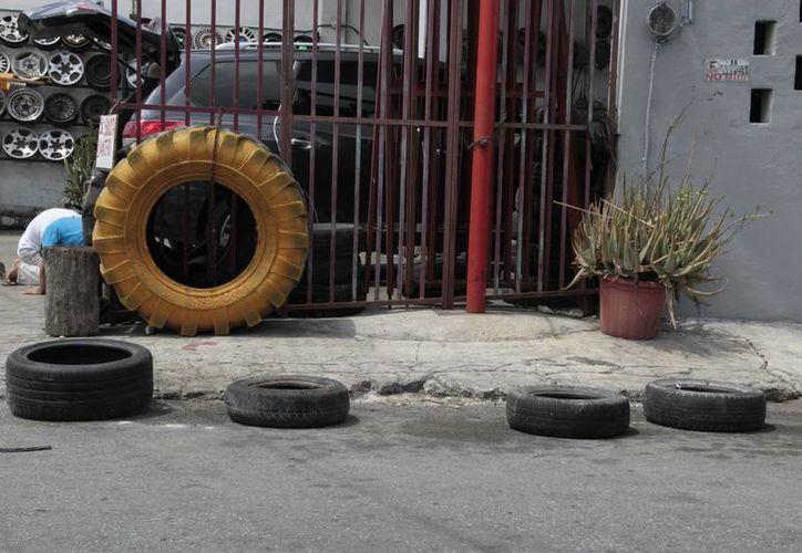 Preparan destino final de cientos de neumáticos inservibles. (Tomás Álvarez/SIPSE)