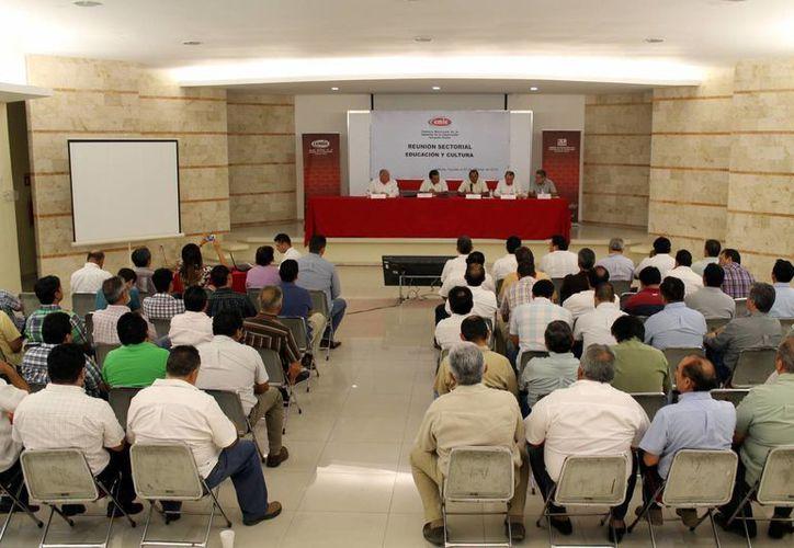 Reunión con integrantes de la CMIC. (Milenio Novedades)