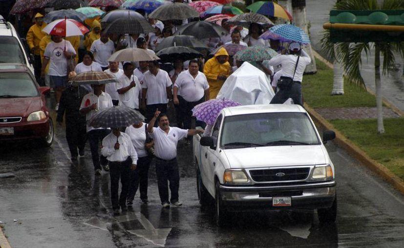 La lluvia no impidió que los inconformes continuaran con su protesta. (Harold Alcocer/SIPSE)