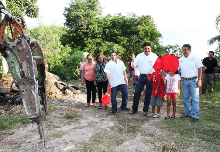 Banderazo de inicio de las obras en la colonia Rogelio Chalé de Motul. (Cortesía)