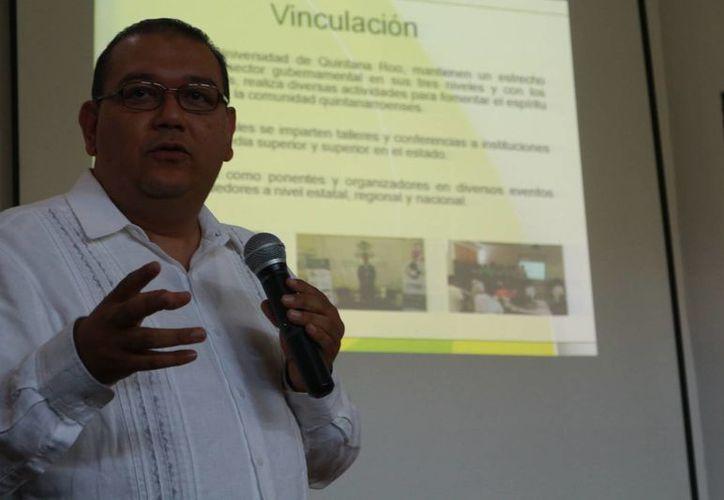 Hugo Esquinca Ferrera, director de vinculación y extensión de la Uqroo presentó ayer la incubadora de negocios. (Adrián Barreto/SIPSE)