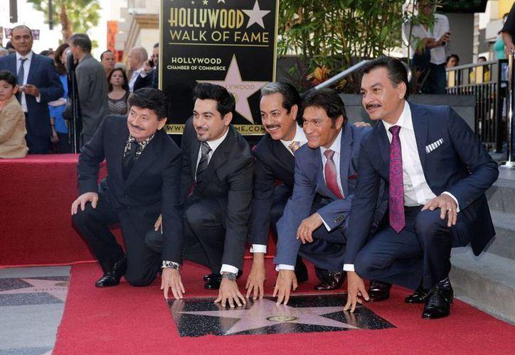 Los Tigres del Norte posan para la prensa, tras develar su estrella en el Paseo de la Fama de Hollywood. (AP)