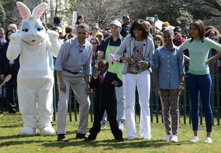"""El presidente de EU, Barack Obama, la primera dama, Michelle Obama (c), y sus hijas Sasha (2d) y Malia (d), acompañados por el cómico Robby Novak """"el niño presidente"""". (EFE)"""