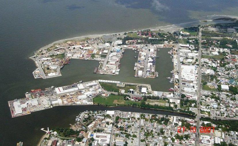 Los trabajadores que se mantenían en el puerto Laguna Azul -en la imagen- recibieron el pago atrasado de sus salarios. (Panoramio)