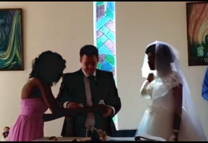 A pesar de sus heridas estaba decidida a casarse, la capilla del hospital fue sede de la íntima ceremonia. (Captura de pantalla)