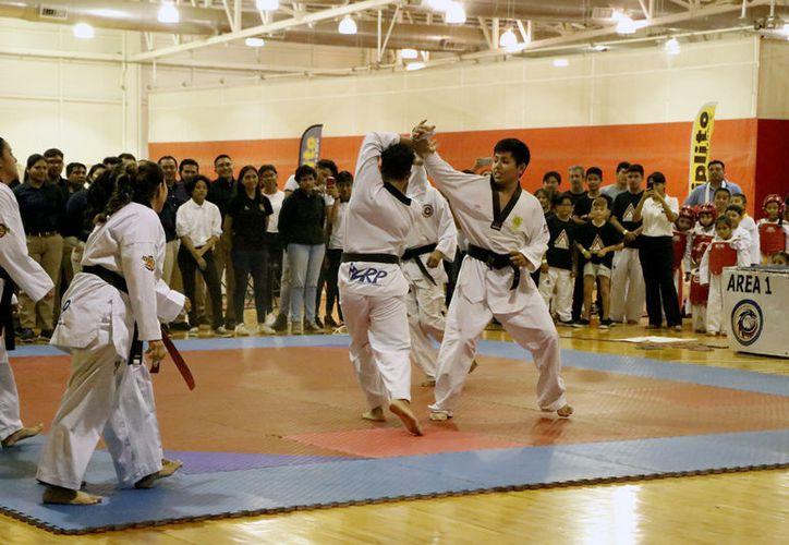 Los combates mantuvieron al público literalmente de pie. (José Acosta/Novedades Yucatán)