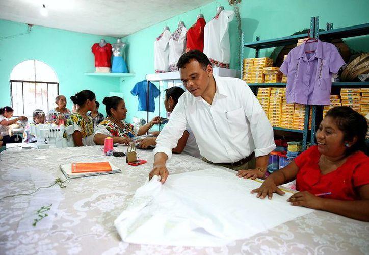 """El gobernador, Rolando Zapata Bello, constató los trabajos que realizan las mujeres del taller """"Los Girasoles"""". (Milenio Novedades)"""