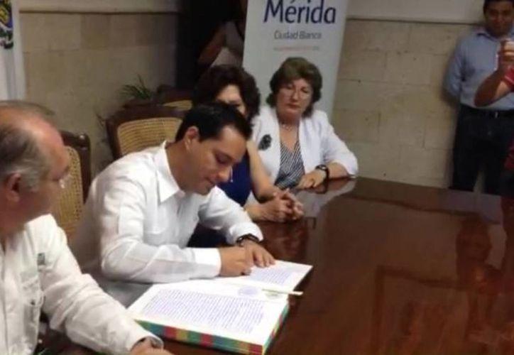 El alcalde de Mérida, Mauricio Vial, al firmar la donación del terrero para la construcción de una clínica del IMSS en el Fraccionamiento Los Héroes. (Gretel Mac/SIPSE)