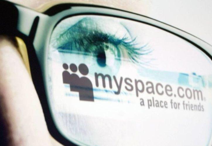 Un anuncio de MySpace reflejado en las gafas de un usuario. Se dio a conocer la pérdida de millones de cuentas, que fueron puestas a la venta por un hacker. (AP/Foto de contexto)