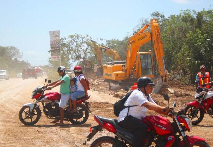 En la zona donde se realizan las obras los conductores deben pasar en medio de la maquinaria pesada. (Daniel Pacheco/SIPSE)