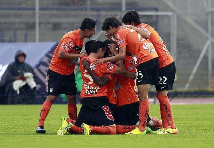 """Pese a tener al principio algunos apuros por desaciertos en su línea defensiva, """"Tuzos"""" jugó mejor que Santos Laguna. (Archivo Notimex)"""