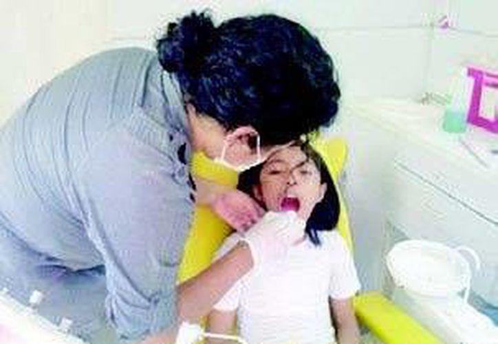 Recomiendan visitar al dentista cada seis meses. (Tomás Álvarez/SIPSE)