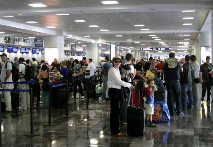 En caso de haber un fenómeno meteorológico que afecte al destino, serán las propias aerolíneas quienes decidirán el procedimiento. (Archivo/SIPSE)