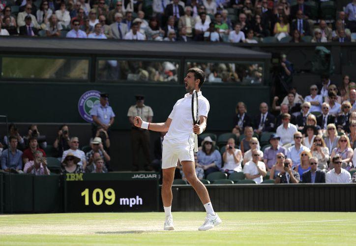 El serbio Novak Djokovic celebra tras vencer al español Roberto Bautista Agut en semifinales en Wimbledon el viernes, 12 de julio del 2019. (AP Foto/Ben Curtis)