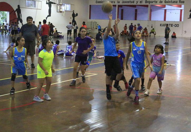 Fue un duelo disparejo desde el principio el que se vivió en la categoría infantil del deporte ráfaga chetumaleño. (Miguel Maldonado/SIPSE)