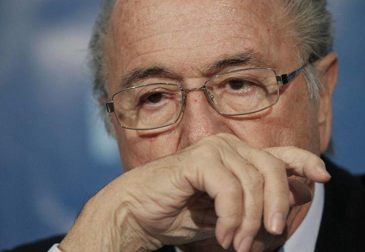 Blatter había prometido alejarse del futbol tras su reelección de 2011, pero no cumplió. (Foto: Archivo/AP)